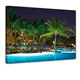 Bilderdepot24 Kunstdruck - Swimming Pool - Bild auf Leinwand - 50x40 cm - Leinwandbilder - Bilder als Leinwanddruck - Wandbild Urlaub, Sonne & Meer - Beleuchtete Poollandschaft - Palmen - tropisch