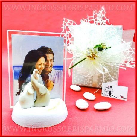 Bomboniere matrimonio portafoto in vetro rettangolare completo di base in legno bianco e scritta color oro decorata da elefantini portafortuna,completo di scatola regalo(kit 3 pz + confezione)