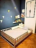 Lit peint d'enfant en bas âge avec lattes, lit Montessori,le lit est fait pour la...