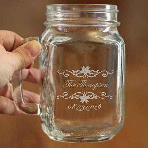 Personalisierte Mason Gläser Trinken Becher mit Henkel Custom Jar mit Namen und Datum für Hochzeit Verlobung Jahrestag Braut Partei Geschenk der Favor für frisch vermählte Paar 16Oz