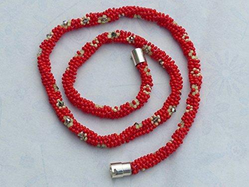 modische-lange-rote-kumihimo-kette-mit-beige-blumchen-und-swarowski-perlen-silberfarbigem-sicherheit