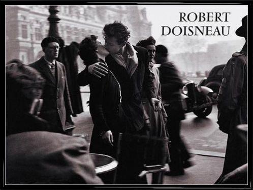 Robert Doisneau Poster Kunstdruck und Kunststoff-Rahmen - Der Kuss Vor Dem Rathaus, Paris 1950 (80 x 60cm)