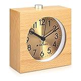 Navaris Analog Holz Wecker mit Snooze - Retro Uhr Viereck mit Ziffernblatt in Gold Alarm Licht - Leise Tischuhr ohne Ticken - Naturholz in Hellbraun