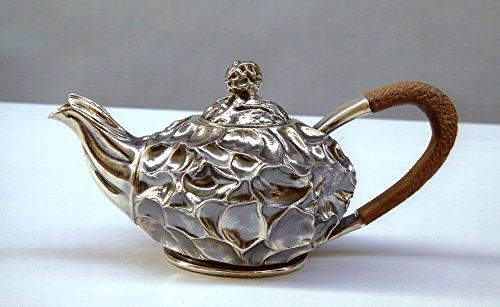 teekanne-in-getriebenem-und-zieseliertem-silber-von-innen-vergoldet-griff-und-knoft-in-afrikanischem