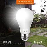 AOUVIK Sensor-Licht-Birnen mit Selbstschalter im Freien/Innen-LED-Beleuchtungs-Lampe für Portal-Haustür-Garage Keller(600lm,E26/E27, Natural white 6000K)