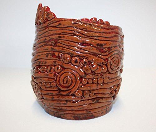 belle-vase-en-terre-cuite-marron-et-rouge-en-spirale-avec-glaure-de-brillant-clair