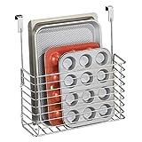 mDesign kleines Küchenregal zum Aufhängen - praktischer Ordnungshelfer für die Küche - Küchenablage für die Schranktür zur Aufbewahrung von Schneidebrettern, Kochbüchern etc. - silberfarben