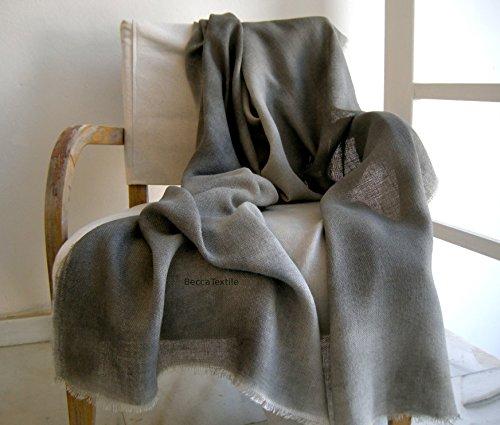 Decorative coperta grigia. Accogliente coperta morbida canapa.