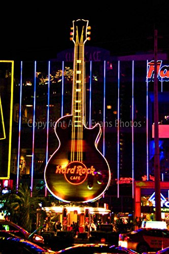 Hard Rock Cafe, eine Fotografische Print Foto von der Hard Rock Cafe Guitar Logo Sign at Night Las Vegas Nevada USA North America Hochformat Foto Farbe Bild Fine Art Print oder feinem Kunst Poster