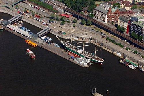 MF Matthias Friedel - Luftbildfotografie Luftbild von Bei den St.-Pauli-Landungsbrücken in Neustadt (Hamburg), aufgenommen am 24.05.07 um 11:44 Uhr, Bildnummer: 4531-137, Auflösung: 4288x2848px = 12MP - Fotoabzug 50x75cm