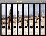 Wallario Ordnerrücken Sticker Sandstrand mit Holzpfählen am Atlantischen Ozean in Premiumqualität - Größe 8 x 3,5 x 30 cm, passend für 8 Schmale Ordnerrücken