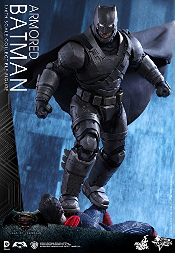Hot Toys Batman VS Superman - Figura de Batman, Escala 1:6, diseño con Texto en inglés Armored Batman, Color Negro y Gris 2