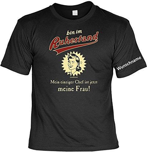 T-Shirt mit Wunschname - Im Ruhestand - Mein Chef ist meine Frau - Lustiges Sprüche Shirt als Geschenk für Rentner mit Humor - NEU mit persönlichem Namen