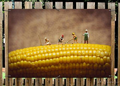 Wallario Garten-Poster Outdoor-Poster - Lustige Bauernfiguren auf einem Maiskolben beim Arbeiten in Premiumqualität, Größe: 61 x 91,5 cm, für den Außeneinsatz geeignet