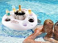 Da oggi potrete portare con voi in piscina tutte le bibite che volete , grazie a questo portabibite galleggiante , per un fresco ristoro direttamente in piscina o al lago o al mare! Dotato di 6 portabicchieri e uno spazio centrale per contene...