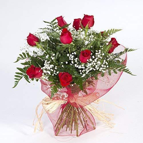 El ramo esta formado por 12 rosas rojas colombianas de primera calidad y sus correspondientes verdes.Un clásico que nunca falla. La rosa es una flor con un encanto especial, el brillo de sus petalos rojos hace despertar pasiones haya donde las haya, ...