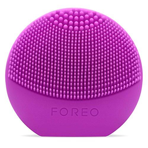 LUNA play de FOREO es el limpiador exfoliante facial, morado. Perfecto para llevar de viaje, este cepillo facial es resistente al agua y proporciona una limpieza sónica
