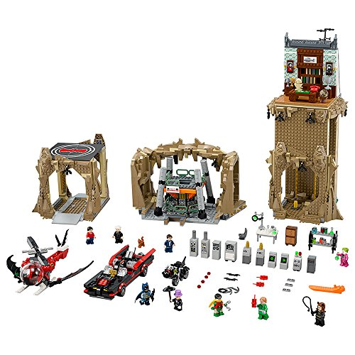 Nueva Batcueva de Batman de Lego Súper Héroes con 2526 piezas para montar. El set cuenta con una falsa librería, batpostes, el laboratorio de Batman y el batordenador, así como el batmóvil y el batcóptero. Además incluye 9 minifiguras: Batman, Robin,...