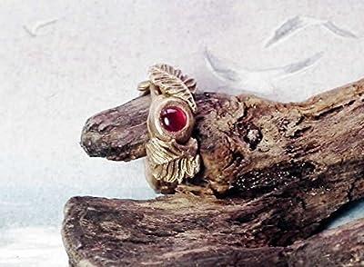 Bague elfique en bronze, feuilles et tiges modelées à la main en bronze couleur or et ornée d'un lab-corindon rouge à votre taille. Corindon bleu et/ou bronze blanc possibles