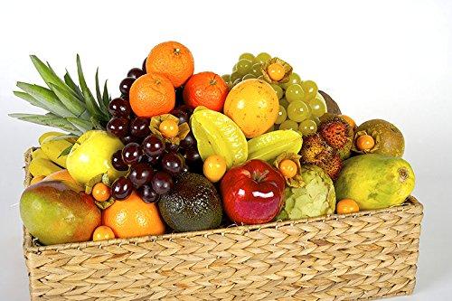 La cesta de frutas Favorita es un regalo original, sano y bonito para tus seres más cercanos. Está compuesta por una gran variedad de frutas tropicales y mediterráneas: piña, melón, mango, papaya, chirimoya, mangostán, granadilla, aguacate, manzana, ...