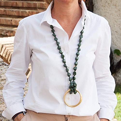 Lange Halskette mit Semibarroca-Harzsteinen.