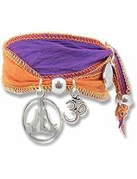 """""""Violet OM"""" Yoga–alma Wrap pulsera de Vintage Saris con Yogi colgante y Om símbolo. Esta pulsera Pure seda es un extraordinario y original idea de regalo para los Fans de Yoginis y Yoga."""