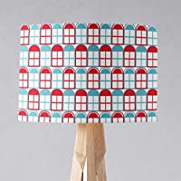 Pantalla de fondo blanco con diseño de ventanas en azul y rojo, lámpara de sobremesa o plafón.