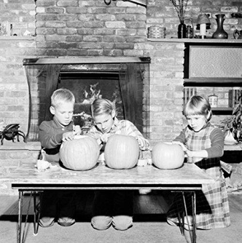 Girl and Two Boys preparing Jack O' Lantern for Halloween Poster Drucken (60,96 x 91,44 cm)