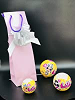 Un' idea regalo accattivante con il prodotto del momento LOL Surprise! Ideale per un compleanno, contenente le bambole più richieste del momento. Il cofanetto è composto da una busta SHOPPER di colore lilla che non lascia assolutamente intend...