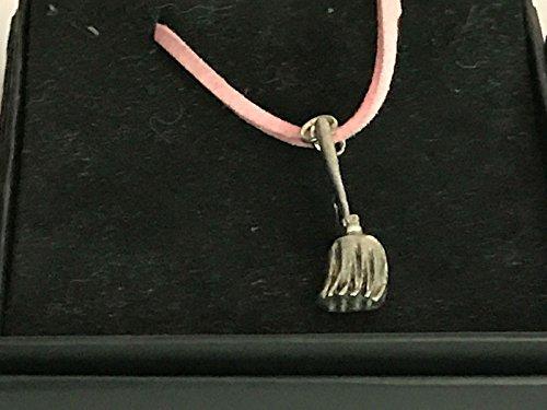 Hexe/Hexen Besen TG15aus englischen Zinn auf einem 45,7cm Pink Cord Halskette geschrieben von uns Geschenke für alle 2016von Derbyshire UK (Hexe Besen Rosa)