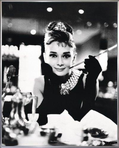 Audrey Hepburn Poster Breakfast at Tiffany's (52x41 cm) gerahmt in: Rahmen silber