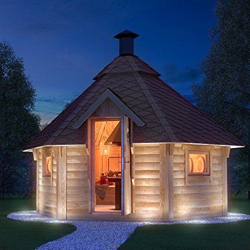 Holzgartenhaus Grillkota mit eingebautem Grill bei Nacht