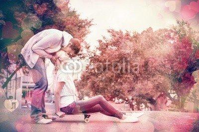 "Alu-Dibond-Bild 60 x 40 cm: ""Hip young blonde sitting on skateboard with boyfriend kissing"", Bild auf Alu-Dibond"