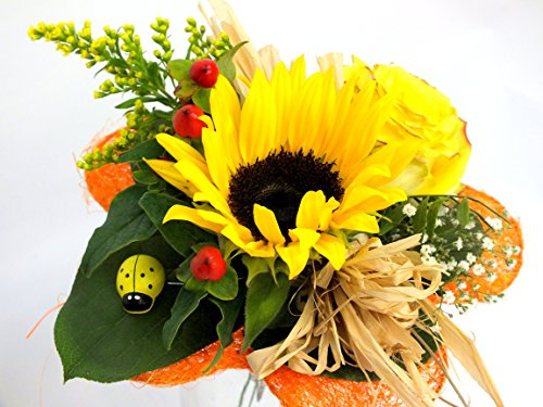Ein Traum ist diese Zusammenstellung aus den schönsten Farben des Sommers. Die Blütenvielfalt zeigt Sonnenblumen, eine gelbe Rosen sowie Beiwerk.