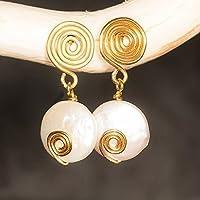 Große flache Perlen-Ohrringe gold mit Spiral-Steckern / echte Süßwasser-Perlen