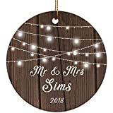 Designsify Mr & Mrs Sims 2018 – Ceramic Circle Ornament, Ornamento di Natale in Ceramica Decorazione D?Albero di Natale