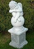 Skulptur schlafender Engel Kugel auf klassischer Säule Statuen aus Beton