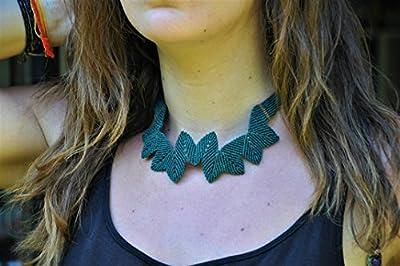Collier Ras de cou Vert Canard. Création tissé main en macramé et détails perles en bois.