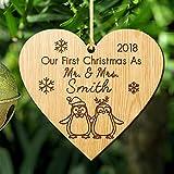 Howson London Christbaumkugel mit Aufschrift First Christmas as Mr and Mrs, personalisierbar, aus Holz, für 1. Hochzeit, als Andenken für Sie oder Ihn Heart 1