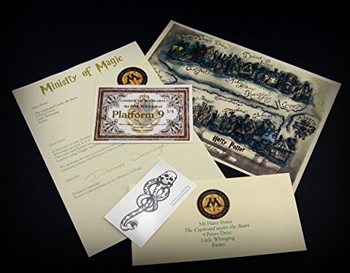Tolles Harry Potter-Geschenkset! Enthält: Personalisierte Karte der Winkelgasse, personalisierten Brief vom Zaubereiministerium, Todesser-Tattoo und ein Ticket für den Zug nach Hogwarts von Gleis 9 3/4. Tolles Geschenk für jedes Alter - Perfekt für den Hogwarts-Fan in Ihrem Leben! (Personalisierte Briefe)