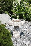 Vogeltränke Fides aus Granit, mit Vogelfiguren aus Bronze