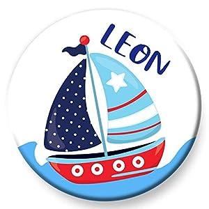 Polarkind Button Namenschild Anstecker Segelboot mit Wunschname und Wunschgröße handmade 38mm oder 59mm Kindergeburtstag Mitbringsel Jungen