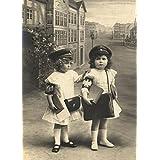Diseño de juguetes, guardería y cuentos de hadas dos chicas jóvenes como Postwomen, Victorian postal de 1800, 250gsm brillante Art Tarjeta A3reproducción de póster