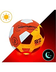 Ballon de Football Lumineux NightMatch, pompe à ballons et batteries de rechange incluse - Illuminé de l'intérieur par deux LED lorsqu'on le frappe - Lumière de nuit ballon - Taille 3 - Taille et poids officiels - Qualité supérieure - orange / blanc - Jouet sportif, ballon de football qui brille dans le noir