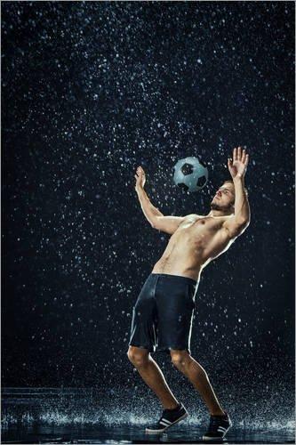 Posterlounge Alu Dibond 120 x 180 cm: Fußballer im Regen von Editors Choice