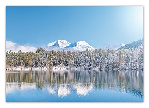 XXL Poster 100 x 70cm (S-825) Tiefverschneite Winterlandschaft mit schneebedeckten Bäumen und See im Vordergrund und Bergmassive am Horizont blauer Himmel (Lieferung gerollt!) (Horizont, Abbildung)