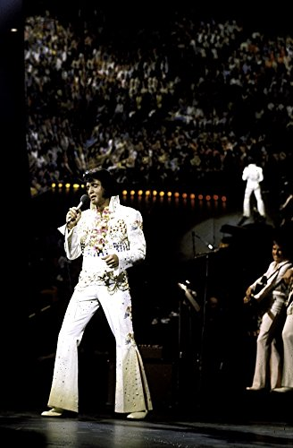 The Poster Corp Elvis Presley Performing in a White Jumpsuit Photo Print (60,96 x 76,20 ()