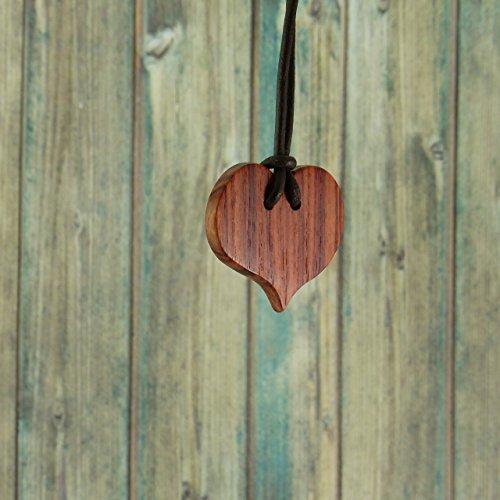collier-coeur-en-bois-precieux-de-rose-pour-fillette