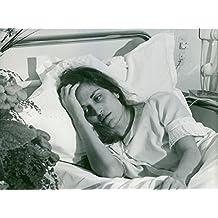 Vintage Foto de Dalida Buscando sickly mientras tumbado sobre su cama de hospital.