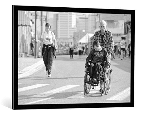 kunst für alle Bild mit Bilder-Rahmen: Avi Revivo The Real Marathon - dekorativer Kunstdruck, hochwertig gerahmt, 100x70 cm, Schwarz/Kante grau (Bilderrahmen Marathon)